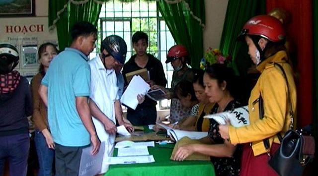 Phụ huynh đến nộp hồ sơ tại trường Tiểu học Nguyễn Thị Minh Khai (phường Nghĩa Đức, TX. Gia Nghĩa, tỉnh Đắk Nông).