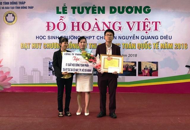 Tại buổi lễ tuyên dương, em Đỗ Hoàng Việt ngoài nhận được bằng khen của UBND tỉnh, em còn nhận được nhiều phần thưởng trị giá gần 200 triệu đồng