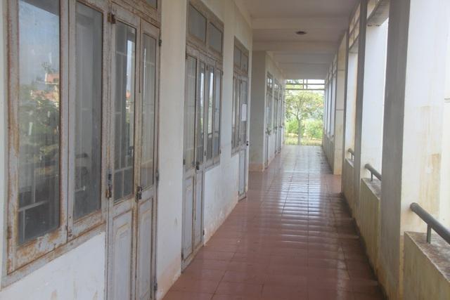 Khung cảnh vắng vẻ dù trong thời gian nhận hồ sơ tại một trường tiểu học