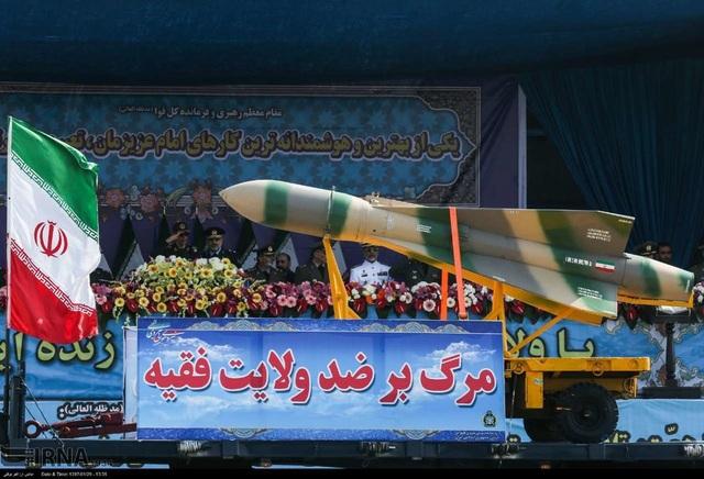 Một tên lửa trong lễ duyệt binh tại Iran (Ảnh: Tehran Times)