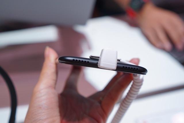 Trên phiên bản này, hãng cũng đã gỡ bỏ tai nghe 3.5mm và người dùng sẽ cắm tai nghe thông qua cổng USB-Type C thông qua một adapter đi kèm máy. Tất nhiên, cảm biến hồng ngoại vẫn tiếp tục có mặt trên phiên bản lần này.