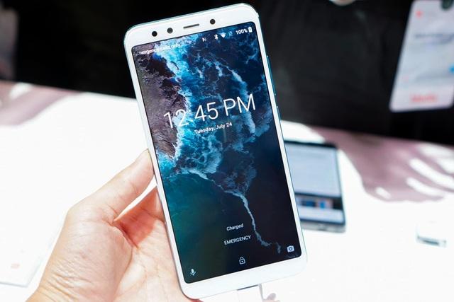 Theo công bố, Mi A2 sẽ được bán tại Việt Nam với hai phiên bản 4GB RAM/32GB ROM và 4GB RAM/64GB ROM với giá lần lượt là 5,99 triệu đồng và 6,69 triệu đồng. Sản phẩm sẽ lên kệ đầu tháng 8 tại Việt Nam.