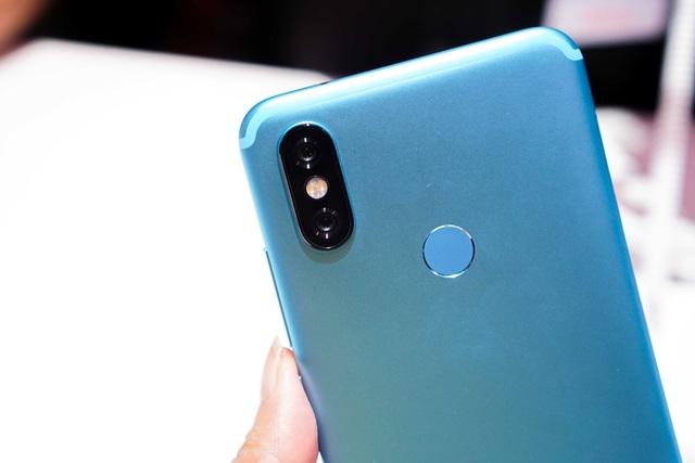 Tuy nhiên, điểm nhấn quan trọng nhất của Mi A2 đó là hệ thống camera kép ở mặt sau. Xiaomi tích hợp máy ảnh mặt sau cảm biến 20 MP với công nghệ Super Pixel và khẩu độ lớn f/1.75, đem lại những bức ảnh trong trẻo, sống động hơn kể cả trong điều kiện thiếu sáng. Kết hợp với cảm biến 12 MP có kích thước điểm ảnh 1.25µm và khẩu độ f/1.75, cho phép Mi A2 có thể tạo ra các khung hình với hiệu ứng bokeh đẹp mắt.