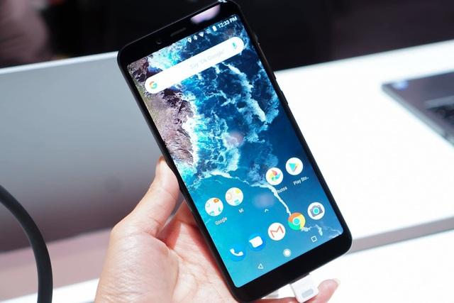 Xiaomi trang bị cho máy màn hình 5,99 inch với tỉ lệ 18:9, được bảo vệ bởi mặt kính 2,5D Corning Gorilla Glass 5. Đây là màn hình tràn viền mà không phải dạng màn hình tai thỏ đang được xem là xu hướng thiết kế smartphone tầm trung nửa đầu năm nay. Có lẽ quyết định chọn dạng màn hình này để người dùng có thêm tùy chọn trên bộ đôi Mi A2 và Mi A2 Lite, khi thích tai thỏ thì tìm đến mẫu Lite và ngược lại.
