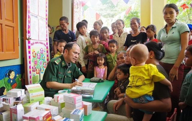 Nhiều người dân đã có mặt rất sớm để được thăm khám, nhận quà.