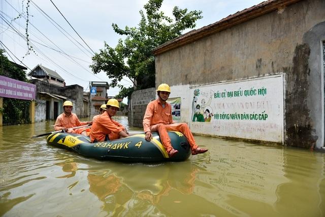Hiện tại nước còn ngập sâu tại nhiều khu vực. Nơi nào nước rút chúng tôi đã đóng điện. Còn lại nhiều khu vực còn ngập sâu chúng tôi không đóng điện để đảm bảo an toàn cho người dân, anh Tùng thợ điện Công ty điện lực Chương Mỹ cho hay.