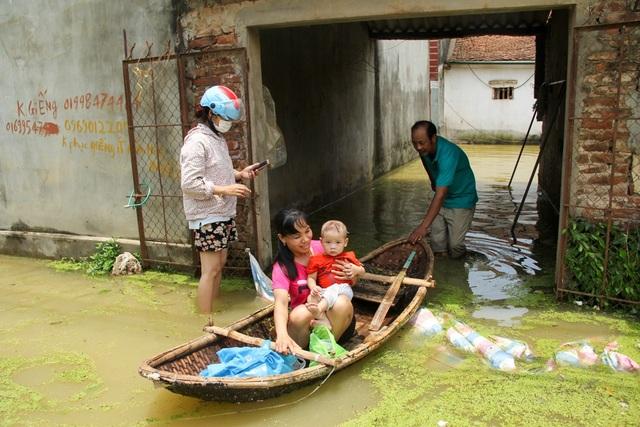 Hiện Ban chỉ huy phòng, chống thiên tai của xã Nam Phương Tiến tiếp tục triển khai các phương án để bảo vệ tài sản, tính mạng nhân dân, đảm bảo các nhu yếu phẩm cần thiết cho nhân dân: nước uống, mì tôm và nến.