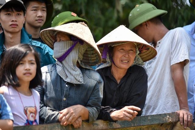 Người dân mệt mỏi chờ xe công nông đưa vào làng.