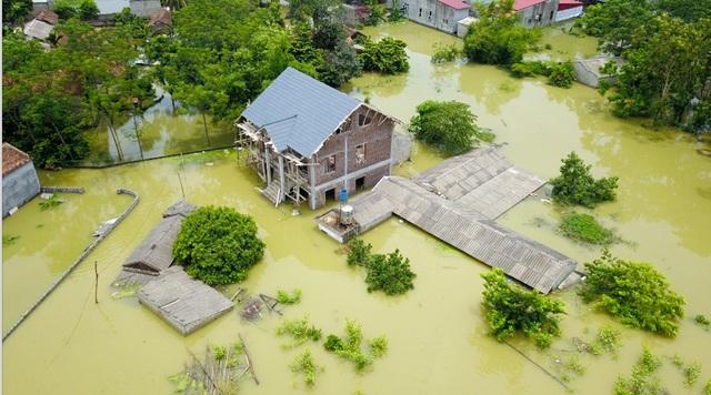 Toàn bộ tầng 1 và dãy nhà kho của xóm này chìm trong biển nước. Người dân ở dây cho biết chỗ nước ngập sâu nhất tới hơn 2m.