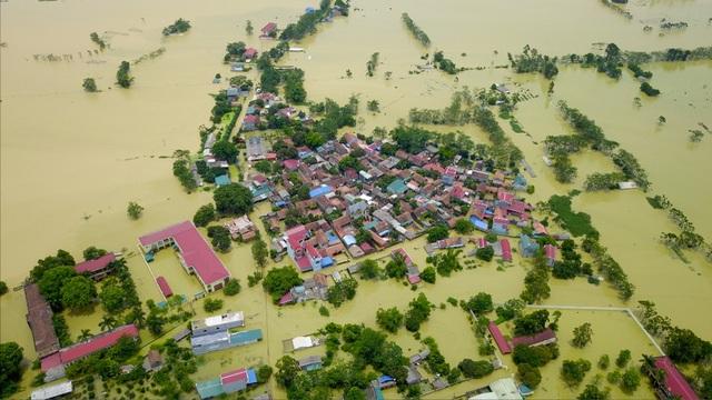 Toàn xã với tổng số 831 hộ, 4000 nhân khẩu bị cô lập. Trong đó, 637 hộ hiện vẫn trong vùng bị ngập nặng.