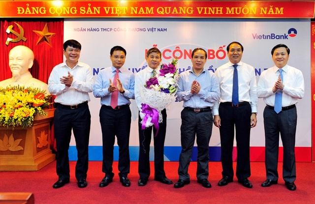 Đại diện HĐQT VietinBank và các đại biểu chúc mừng ông Cát Quang Dương