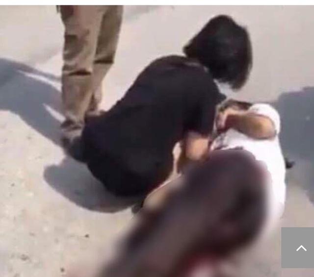 Nữ sinh 15 tuổi bị bạn đâm trọng thương (ảnh cắt từ clip)