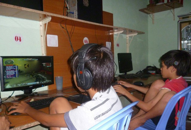 Trẻ em chơi game tại một điểm dịch vụ Internet. Ảnh: H.T