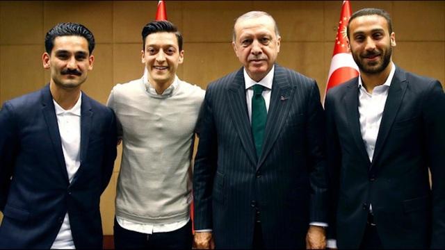 Bức ảnh Ozil chụp cùng tổng thống Thổ Nhĩ Kỳ (thứ 2 từ phải sang) gây tranh cãi