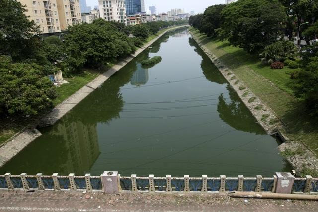 Sau đợt mưa dài ngày vừa qua, mực nước sông Tô Lịch lên khá cao, dòng chảy bình thường nhưng màu nước chuyển từ màu đen sang màu xanh đậm.