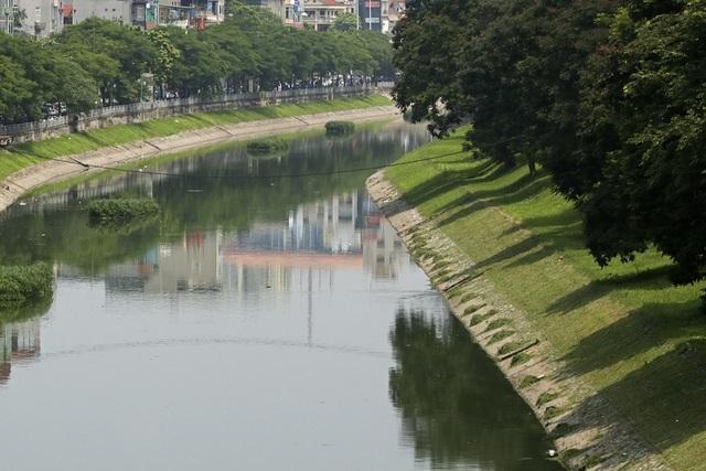 Nước sông Tô Lịch chuyển màu xanh như nước hồ Gươm - 10