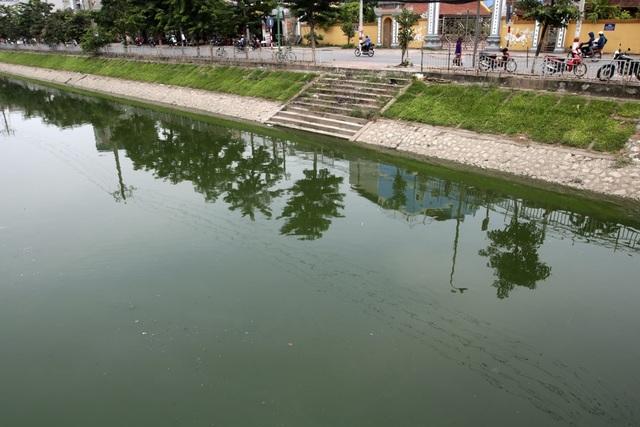 Nước sông Tô Lịch chuyển màu xanh như nước hồ Gươm - 13