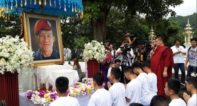 Động thái này đã được gia đình các em chấp thuận như một lời tri ân tới cựu đặc nhiệm Hải quân Saman Kunan, người đã thiệt mạng trong chiến dịch giải cứu đội bóng. (Ảnh: Reuters)