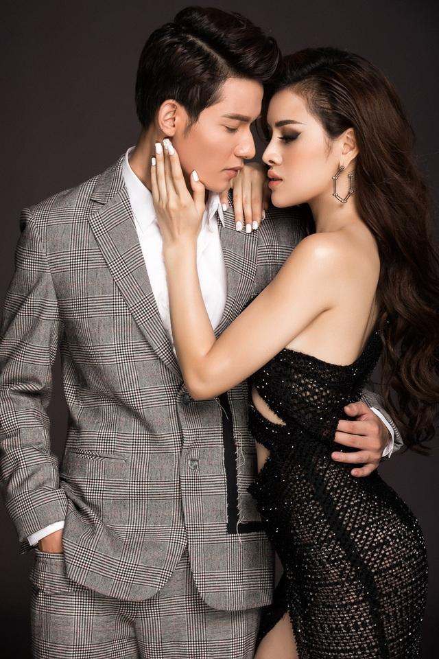 Cả hai có sự kết hợp khá ăn ý, nếu Sỹ Hưng thể hiện gương mặt với đường nét lạnh lùng trong bộ trang phục vest lịch lãm thì Thu Dung lại khá nữ tính và quyến rũ.