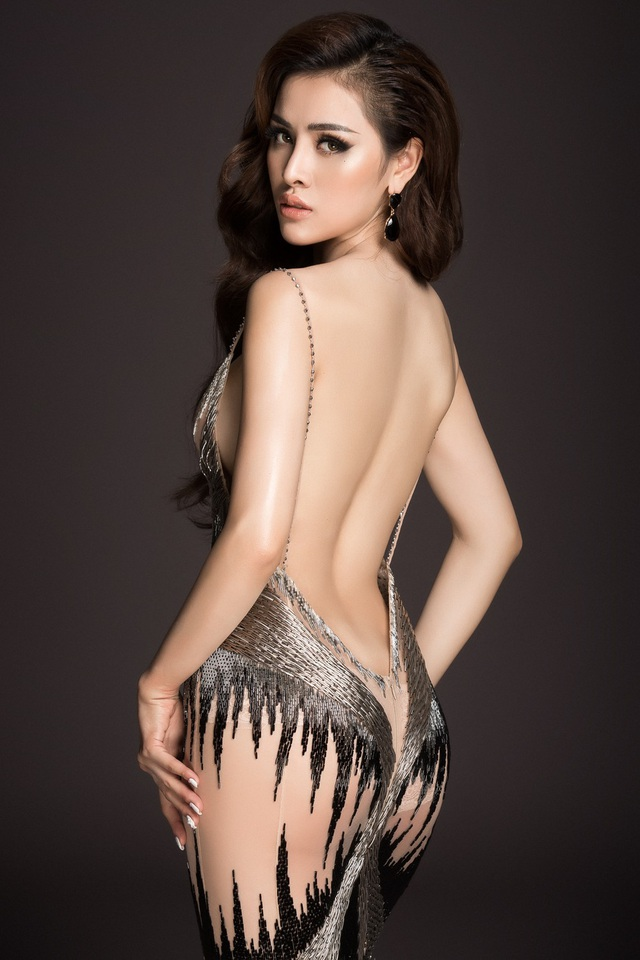 Thư Dung luôn táo bạo trong những shoot hình thời trang của mình, loạt ảnh này người đẹp với trang phục xuyên thấu khoe trọn lưng trần và làn da trắng mịn màng.