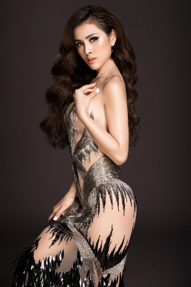 Không chỉ gây chú ý khi đạt danh hiệu trong cuộc thi nhan sắc là Hoa hậu sắc đẹp Hoàn mỹ toàn cầu 2017 (Miss Perfect Global Beauty 2017) và Á Hậu 2 – Miss Eco International 2018, Thư Dung còn tạo dấu ấn bằng những trang phục gợi cảm, khoe dáng nóng bỏng thường xuyên nhất trong số các người đẹp Việt.