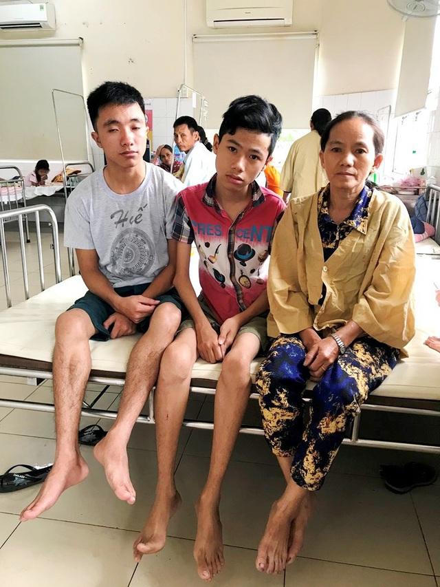 3 mẹ con dì Thi hiện đang cùng điều trị tại Bệnh viện Trung ương Huế