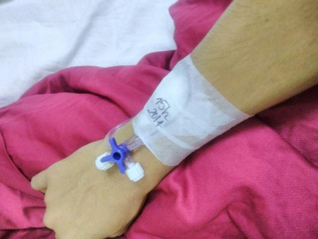 Hai em Sĩ và Linh phải chuyền thuốc giảm đau 2 lần một ngày