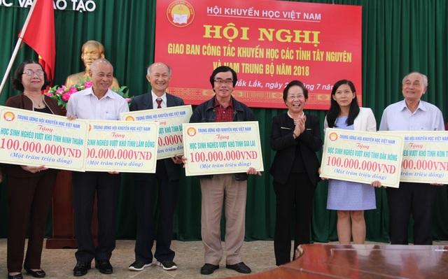 Chủ tịch Trung ương Hội Khuyến học Việt Nam trao 600 triệu đồng học bổng đến học sinh nghèo, hiếu học.