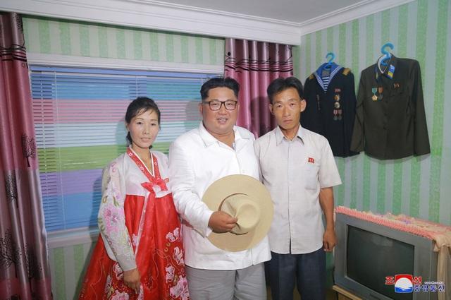 Ông Kim Jong-un cũng đến thăm hỏi các công nhân làm việc tại trại ươm cây giống.
