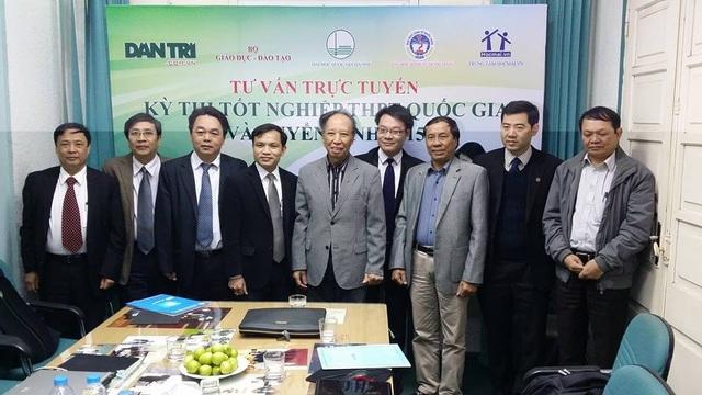 Thầy Vũ Khắc Ngọc (đeo kính) tại tòa soạn Báo Dân trí trong một lần tư vấn tuyển sinh về kì thi THPT quốc gia.