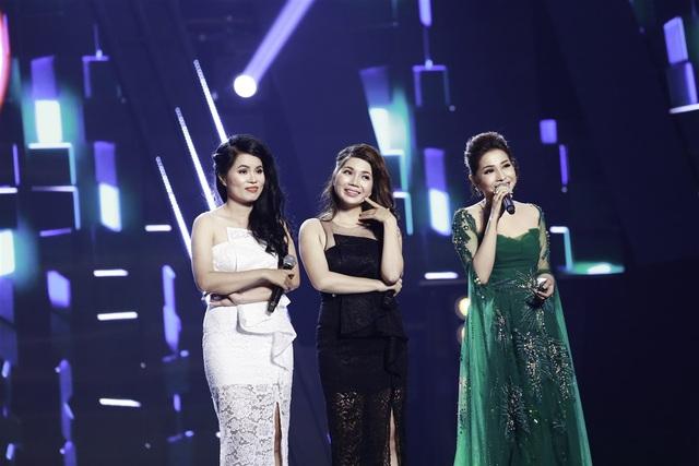 Cặp đôi chị em ruột Thùy Đan - Anh Thư (váy đen và trắng) khiến Minh Tuyết nhớ tới Cẩm Ly dù đang ngồi kế bên.