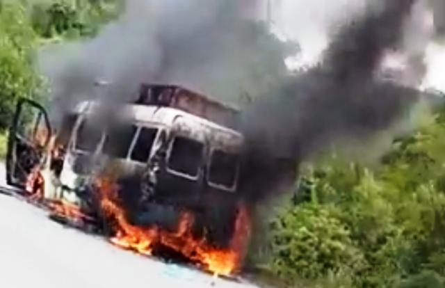 Chiếc xe bị lửa thiêu rụi hoàn toàn.