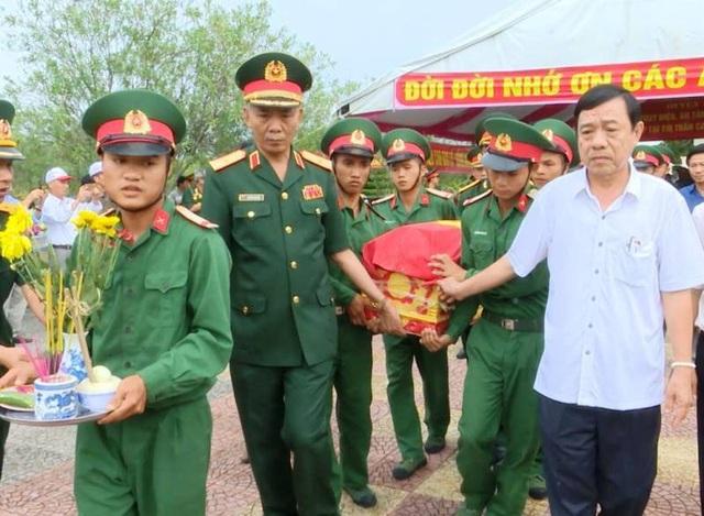 Các hài cốt liệt sĩ được đưa về an táng tại Nghĩa trang liệt sĩ huyện Cam Lộ