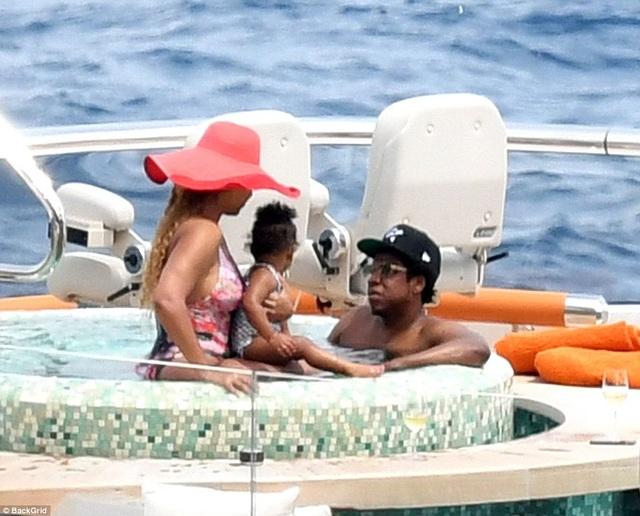 Cặp đôi siêu giàu của làng giải trí thế giới đang có chuyến du ngoạn tại châu Âu cùng các con. Tài sản ước tính của vợ chồng Beyonce và Jay-Z lên tới 350 triệu USD.
