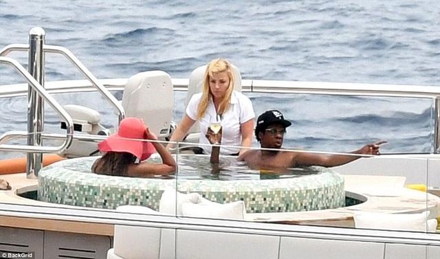 Beyonce và Jay-Z có với nhau một cô con gái 6 tuổi và một cặp sinh đôi mới 1 tuổi. Họ là một trong những cặp đôi quyền lực và giàu có nhất làng giải trí thế giới.