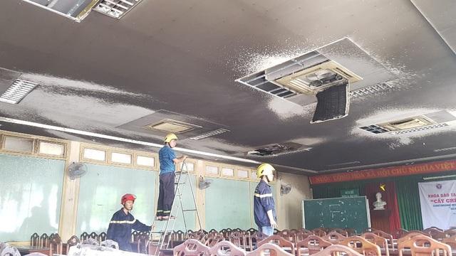 Mảng trần nhà cháy đen