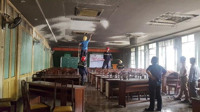 Vị trí cháy nghi xuất phát từ điều hòa trên trần hội trường tầng 1