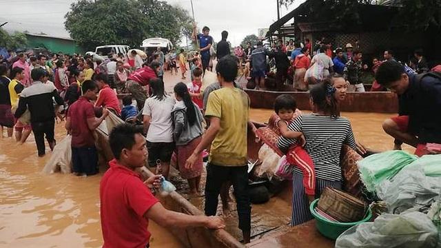 Người dân vùng lũ ở Attapeu được sơ tán bằng thuyền. (Ảnh: AFP)