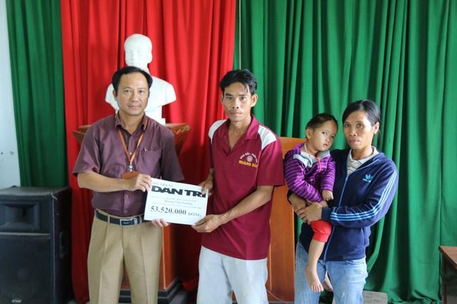 Đại diện chính quyền địa phương trao quà bạn đọc Dân trí tới gia đình Bảo Trâm