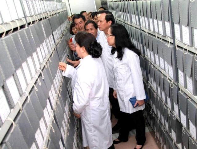 Chủ tịch Quốc hội tham quan khu vực lưu trữ tư liệu.