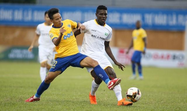SL Nghệ An (trắng) chiếm ưu thế sau lượt đi bán kết cúp quốc gia - Ảnh: Gia Hưng