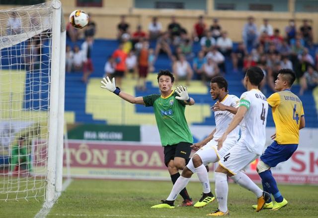 SL Nghệ An (trắng) là đội tận dụng cơ hội tốt hơn - Ảnh: Gia Hưng
