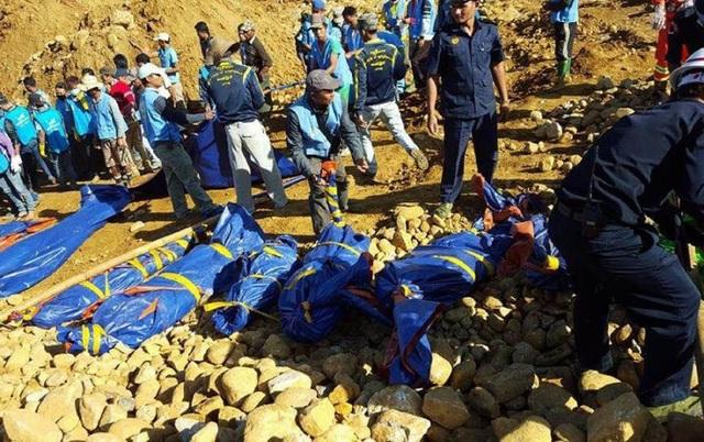 Thi thể của các nạn nhân được tìm thấy trong vụ sập mỏ ở Hpakhant năm 2015 (Ảnh: AFP)