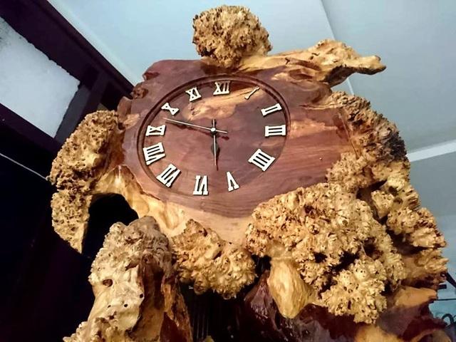 Mặt đồng hồ được thiết kế chữ số la mã.