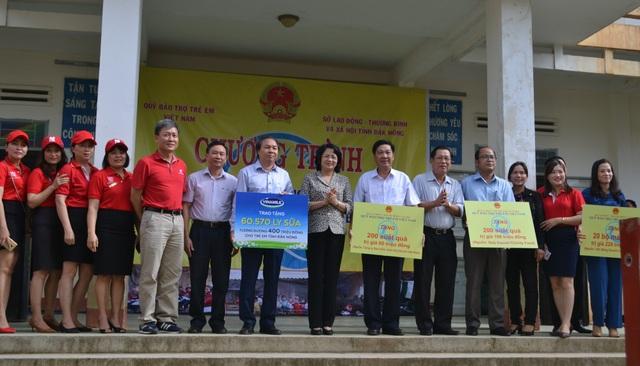 Ông Trần Đình Quân – Tổng Giám đốc Dai-ichi Life Việt Nam (thứ 5, từ trái qua) trong chuyến thăm và tặng quà cho các em có hoàn cảnh khó khăn tại tỉnh Đắk Nông vào ngày16/7/2018