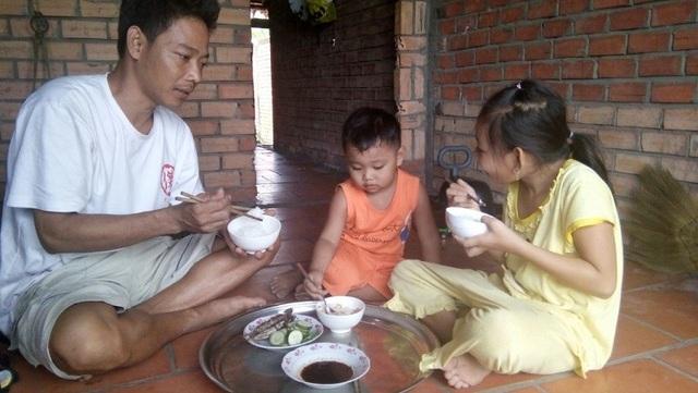 Bố con anh Trung trong bữa cơm đạm bạc