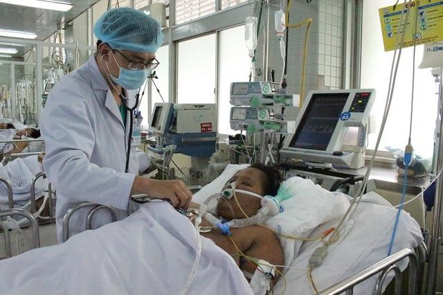 Bác sĩ đang nỗ lực cứu chữa nhưng gia đình không còn khả năng chi trả viện phí
