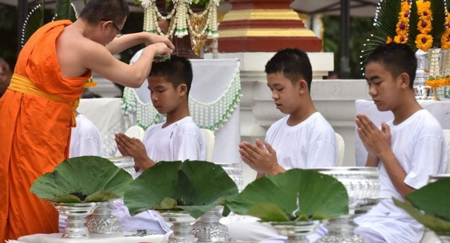 Các cầu thủ thực hiện nghi lễ xuống tóc chiều 24/7. (Ảnh: AFP)