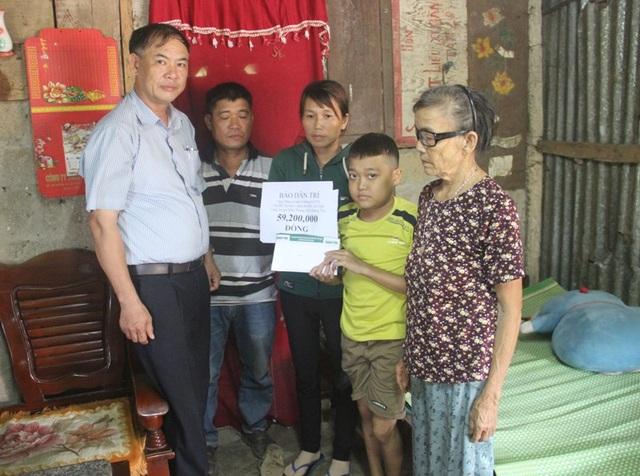 Thay mặt bạn đọc cả nước, ông Lê Quang – Chủ tịch UBND xã Triệu Long đã trao tận tay số tiền 59,200,000 đồng của bạn đọc ủng hộ đến gia đình anh Sang.