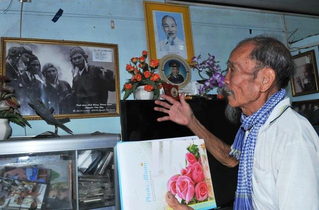 Đại tá phi công anh hùng Nguyễn Văn Bảy hào hứng kể lại các trận đánh không chiến mà ông lần lượt bắn rơi 7 máy bay của Mỹ vào những năm 1966-1967